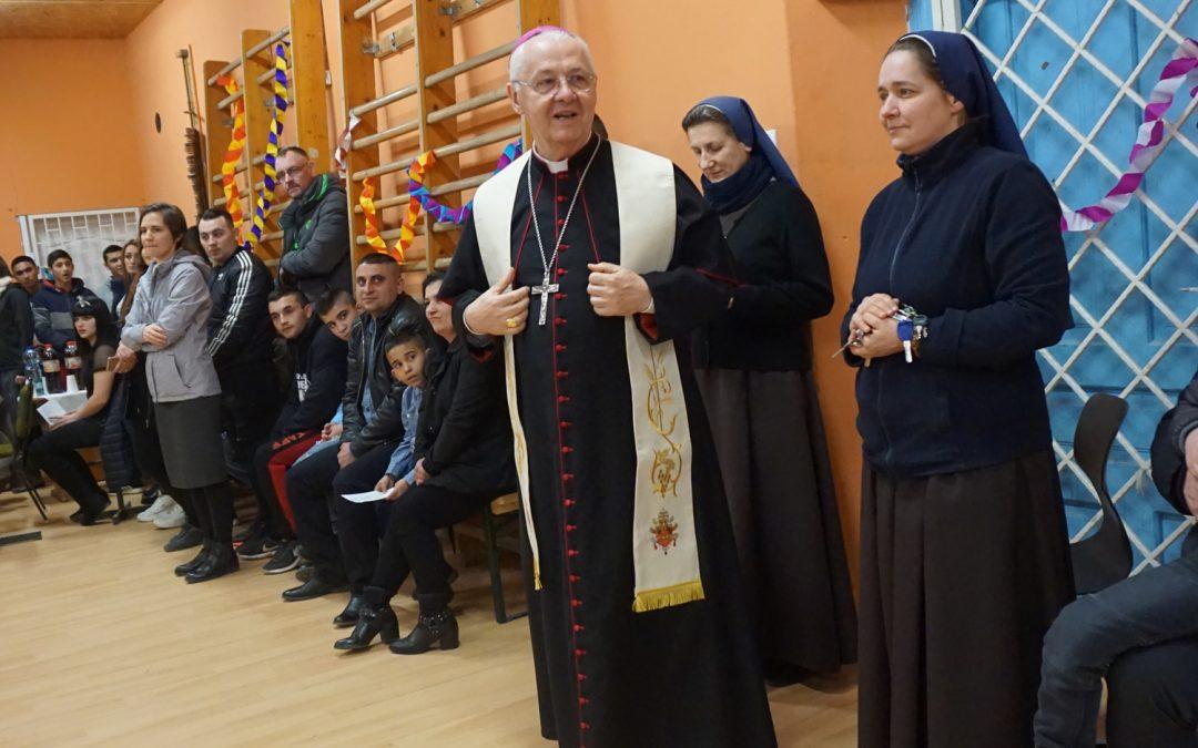 Érsek atya megszentelte a közösségi házat Arlóban
